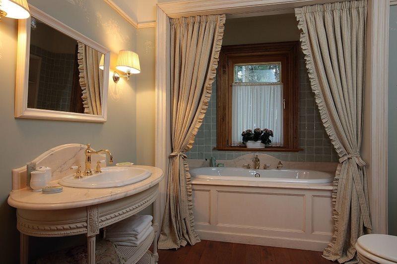 Красивые шторы в ванной классического стиля