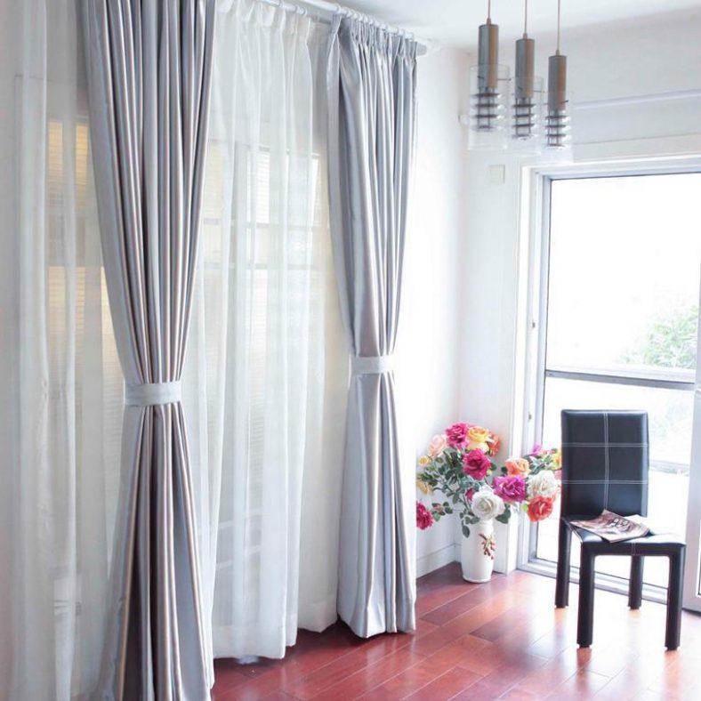 Красивые шторы с подхватами на двери в гостиной