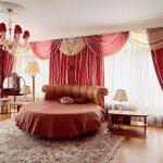 Красно-бежевые шторы с ламбрекеном для просторной спальни