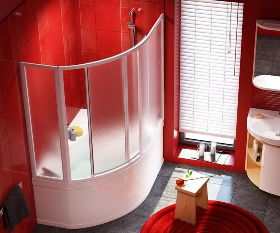 Угловая ванна в помещении с красными стенами