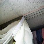 Крепление карниза к потолку и шторы на липучке