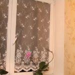 Тюль на стекле кухонного окна