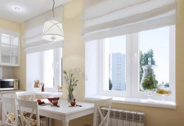 Кухня с двумя окнами обычно имеет большие размеры,
