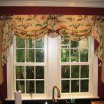 Оформление кухонного окна ламбрекеном