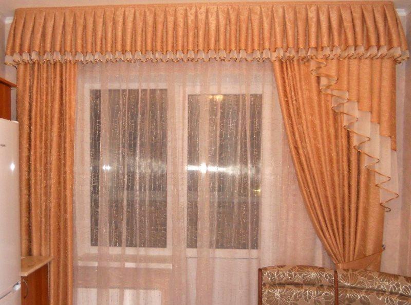Ламбрекен на кухонном окне с балконной дверью