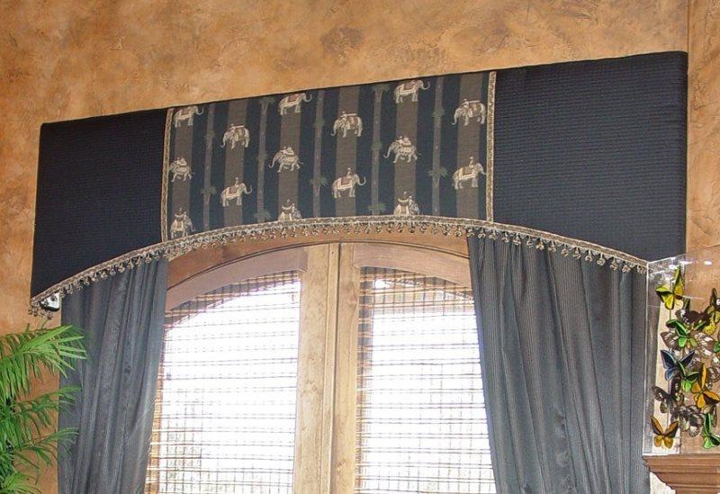 Кухонное окно с ламбрекеном жесткого типа