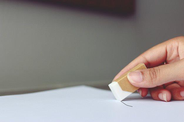 Очистка ластиком следов от ручки на рулонной шторе