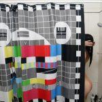 Эфирная сетка на шторке в ванной молодой девушки