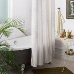 Белая штора длиной до середины ванны