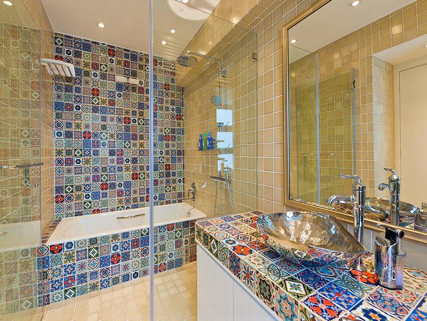 Стеклянная перегородка в ванной с мозаичной плиткой