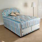 Мягкая кровать с обивкой и матрасом одного цвета