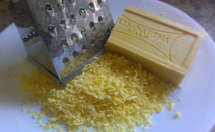 Измельчение куска мыла на терке для стирки