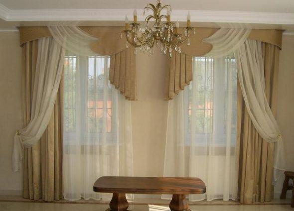 2 окна в гостиной делают комнату шире
