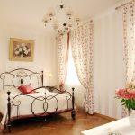 Нежные шторы с цветочным рисунком для спальни с двумя окнами