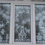 Новогодний декор окна тюлем