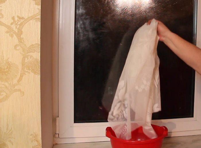 Замачивание отреза тюля в крахмальном клее
