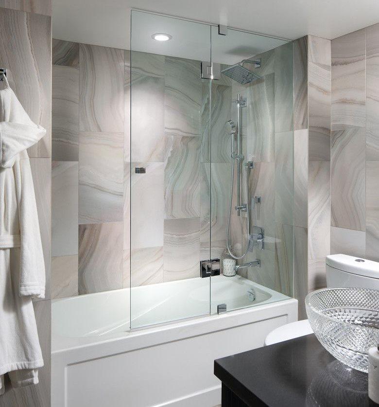 Интерьер ванной комнаты с перегородкой из стекла