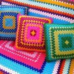 Плед и подушки на диван из разноцветных ниток в форме квадрат