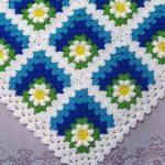Плед из бабушкиных угловых квадратов с цветочками