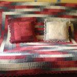 Плед-покрывало на диван и диванные подушки в технике 10 петель