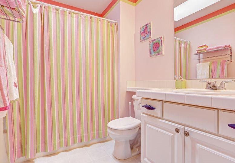 Полосатая штора в ванной с розовыми стенами