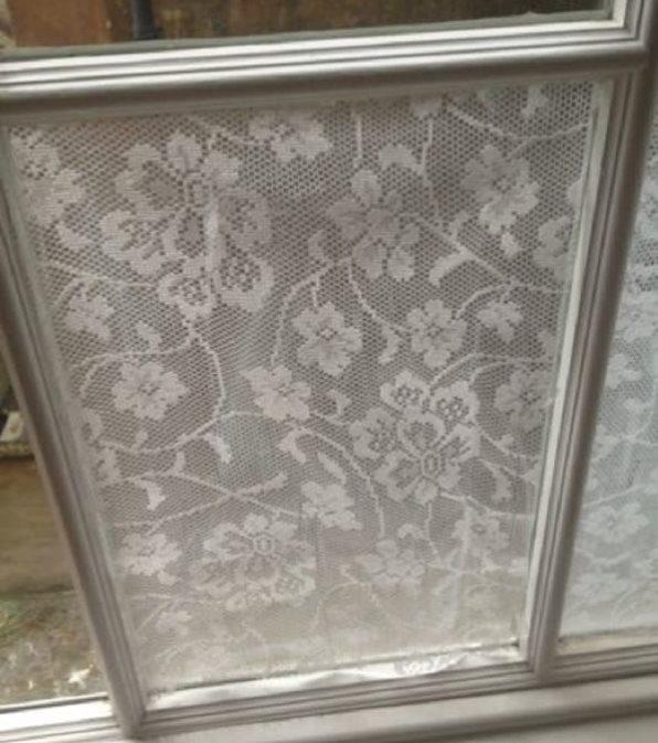 Наклейка куска тюля на оконное стекло