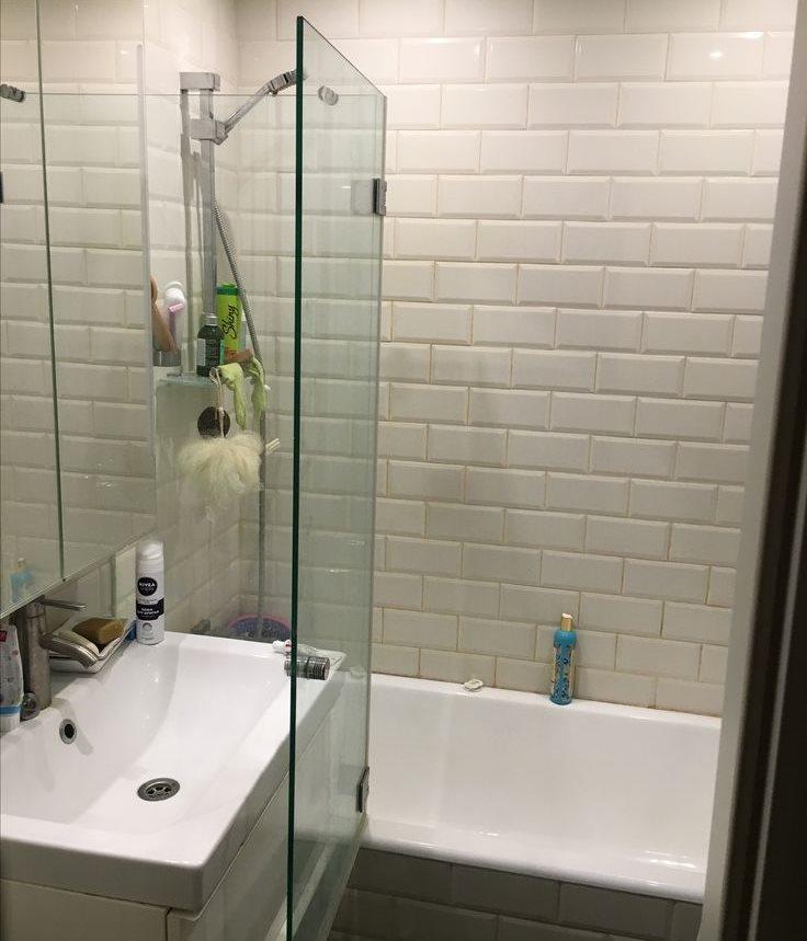 Стеклянная створка распашной перегородки в ванной комнате