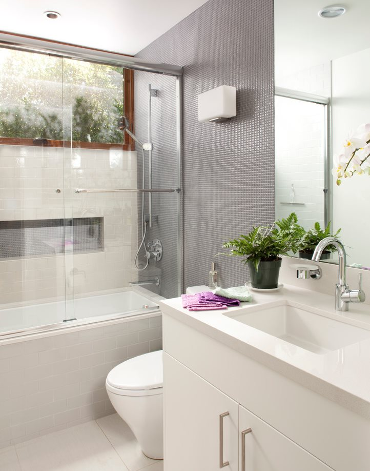 Раздвижная перегородка из стекла в небольшой ванной