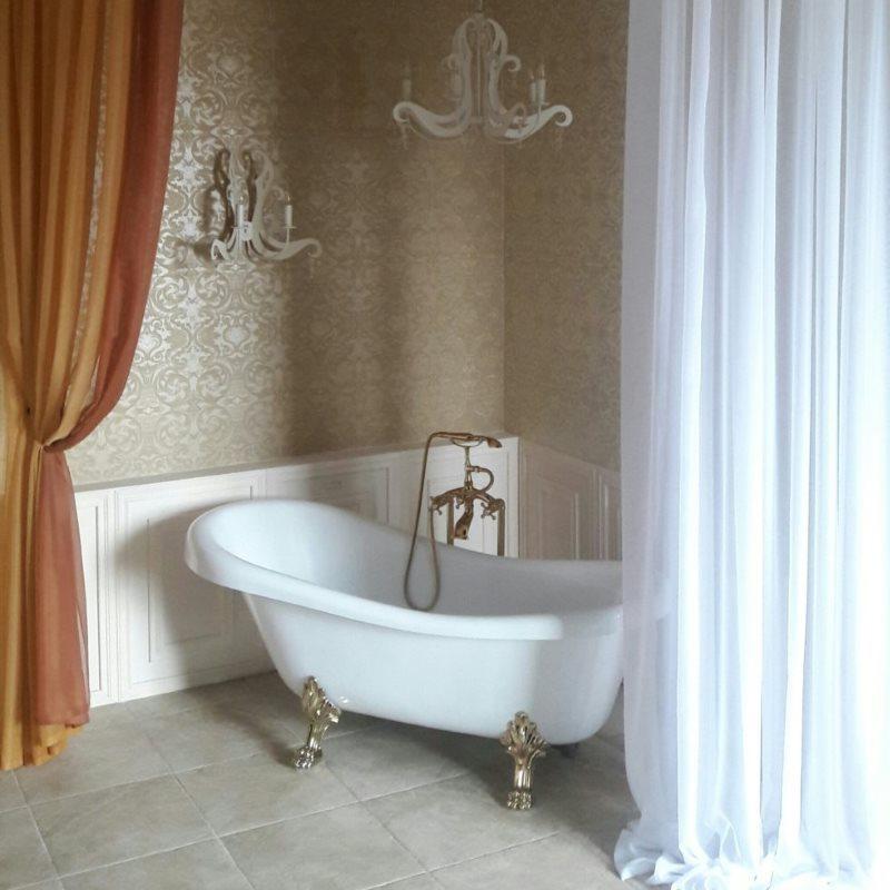 Две шторы контрастной расцветки в ванной комнате