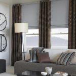 Рулонные шторы и темные гардины для гостиной с двумя окнами