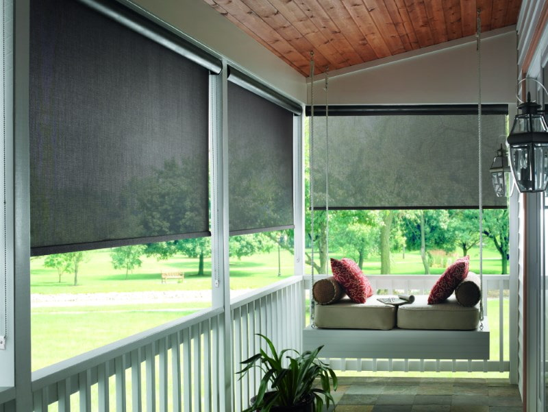Рулонные шторы на веранде частного дома