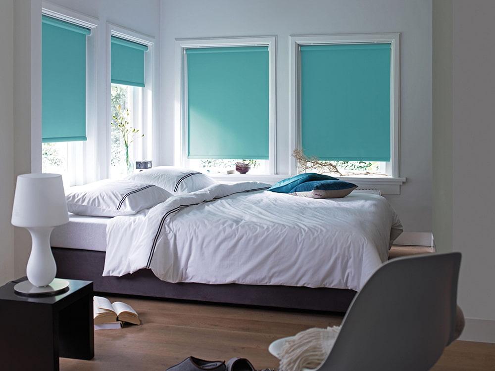 Бирюзовые рулонные шторы в спальной комнате