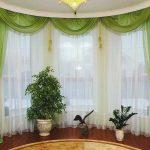 Салатовый ламбрекен в комплекте со шторами для эркерного окна