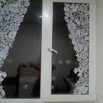 Снежинки на стеклах пластикового окна