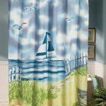 Рисунок яхты на шторке в ванной комнате