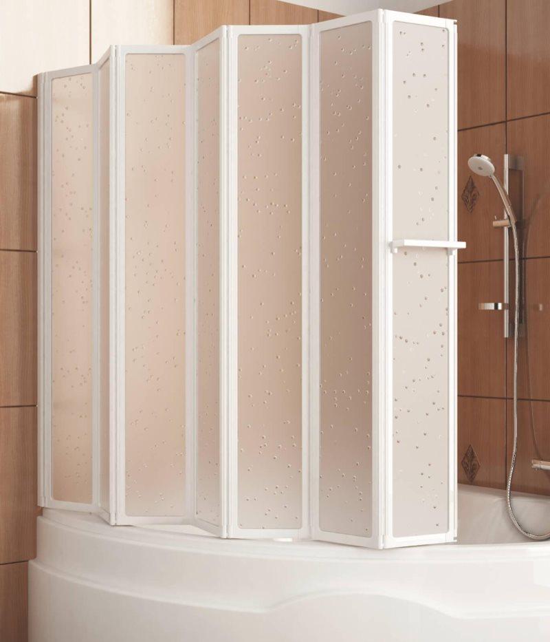 Пластиковая шторка-гармошка на бортике ванны