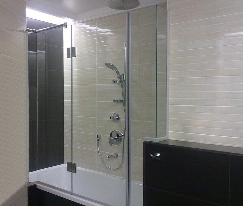 Дорогая шторка из стекла в ванной городской квартиры