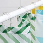 Пластиковые крючки на занавеске в ванной