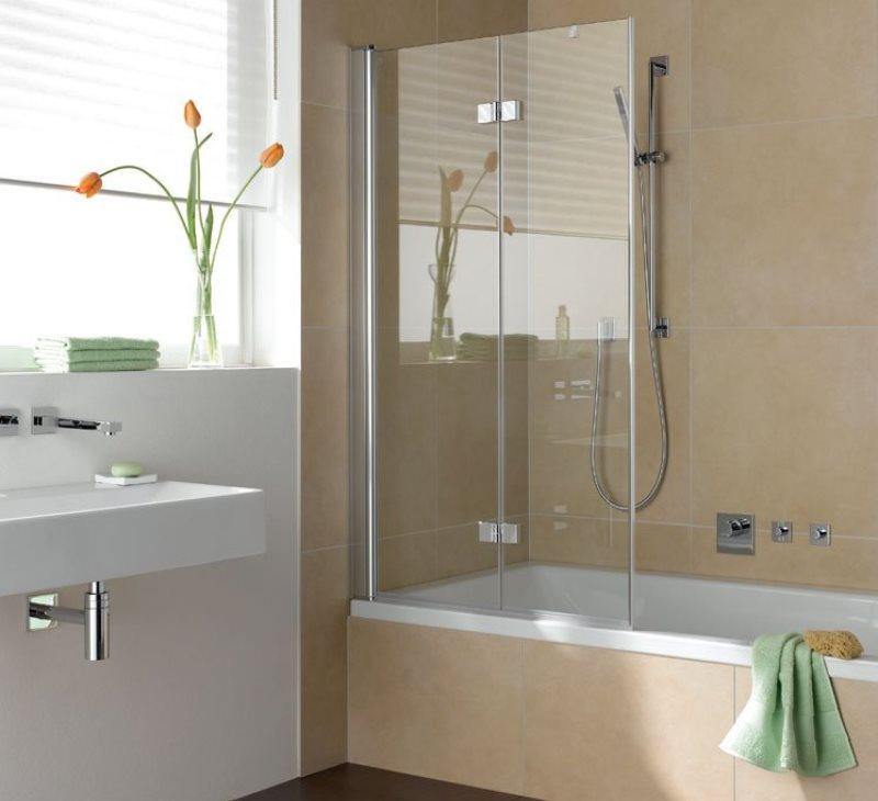 Двустворчатая шторка из закаленного стекла в ванной комнате