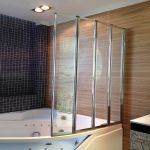 Керамическая плитка под дерево на стене ванной