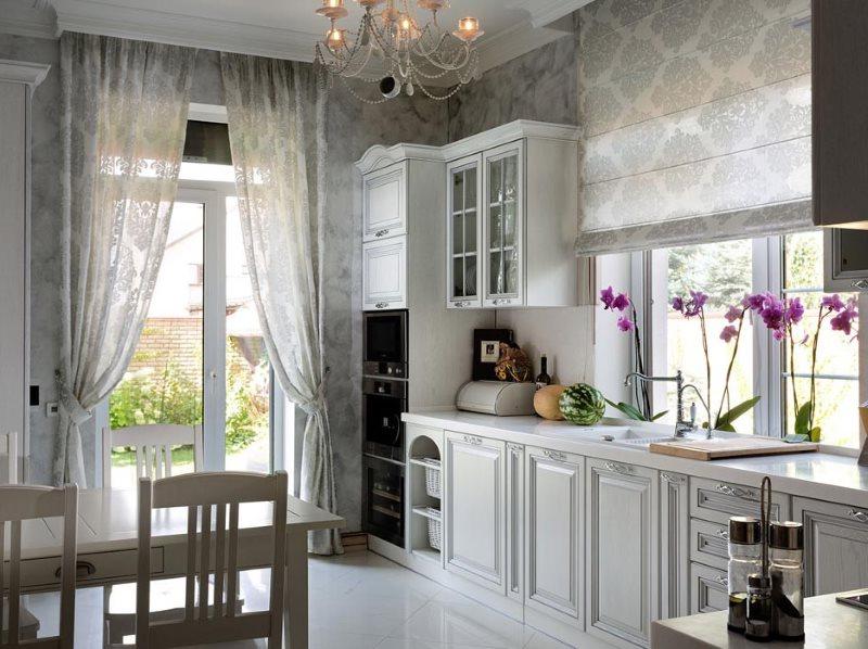 Разные шторы в интерьере уютной кухни