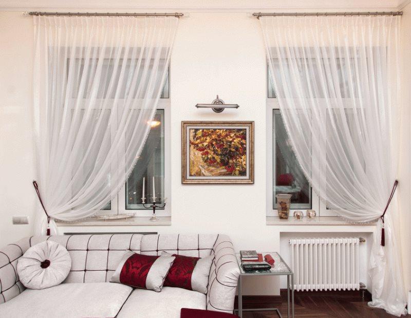 Легкие занавески из прозрачного тюля на окнах кухни-гостиной