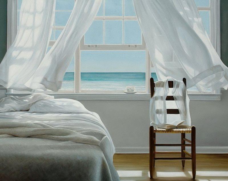 Легкие и чистые занавески на окне спальной комнаты