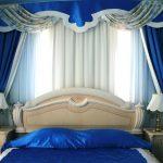 Сине-белый жесткий ламбрекен для стильной спальни