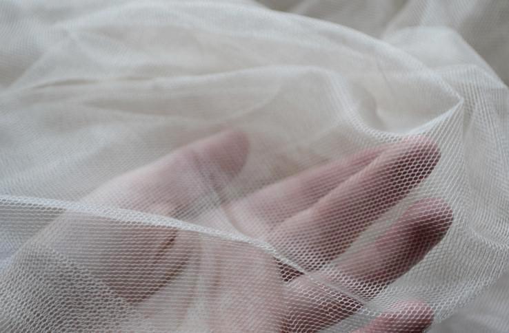 Прозрачная занавеска белого цвета из полиэстера