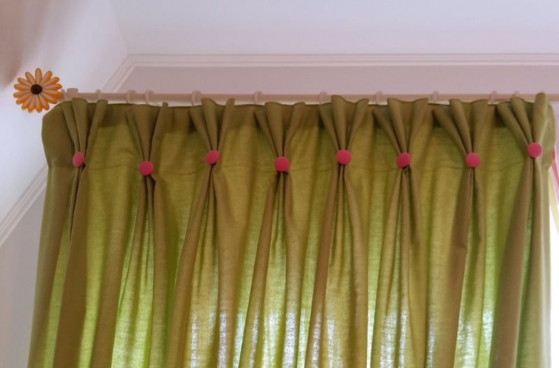 Светло-зеленая штора с розовыми пуговицами на сборках