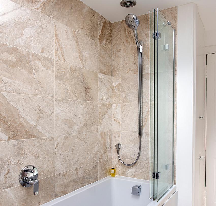 Стеклянная шторка складного типа в ванной комнате