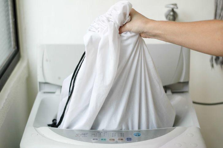 Загрузка шторы в машинку в мешке для стирки