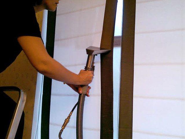 Очистка полотна рулонной шторы с помощью пылесоса