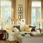 Светлые шторы для двух арочных окон в гостиную